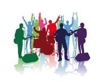 Músicos de banda y fans que animan Imagen de archivo