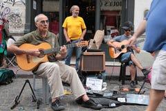 Músicos de calle 2. Artistas de calle entretienen a turistas y visitantes que disfrutan del Bulevar de San Telmo en Buenos Aires Royalty Free Stock Photos