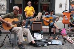 Músicos de calle. Artistas de calle entretienen a turistas y visitantes que disfrutan del Bulevar de San Telmo en Buenos Aires Royalty Free Stock Image