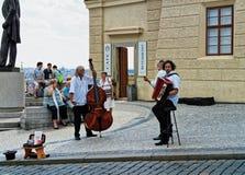 Músicos de la calle en el cuadrado de Hradcanske, Praga, República Checa foto de archivo libre de regalías