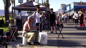 Músicos de la calle en la playa Los Ángeles LOS ÁNGELES de Venecia almacen de metraje de vídeo