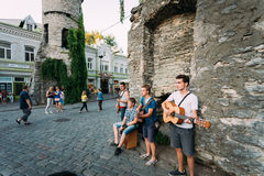 Músicos de la calle en la tarde cerca de la puerta famosa de Viru en vieja remolque Fotografía de archivo