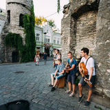 Músicos de la calle en la tarde cerca de la puerta famosa de Viru en vieja remolque Foto de archivo libre de regalías