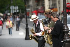 Músicos de la calle en París. Foto de archivo libre de regalías