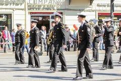 Músicos de la marina de guerra del grupo en una demostración del día de fiesta Fotos de archivo libres de regalías