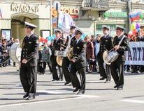 Músicos de la marina de guerra en una demostración del día de fiesta Imagenes de archivo
