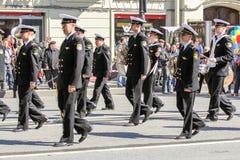 Músicos de la marina de guerra en una demostración del día de fiesta en el movimiento Fotos de archivo libres de regalías