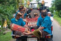 Músicos del Balinese que juegan durante la ceremonia de Nyepi en Bali Indone Fotos de archivo libres de regalías