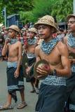 Músicos del Balinese que juegan durante la ceremonia de Nyepi en Bali Indone Fotos de archivo