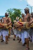 Músicos del Balinese que juegan durante la ceremonia de Nyepi en Bali Indone Foto de archivo libre de regalías