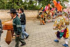 Músicos del Marimba y bailarines populares tradicionales en la calle, Guatemal Foto de archivo