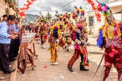 Músicos del Marimba y bailarines populares tradicionales en la calle, Guatemal Fotos de archivo