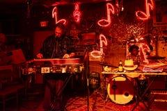 Músicos dos azuis que jogam na sala de estar dos vermelhos em Clarksdale, Mississippi fotos de stock royalty free