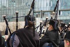 Músicos dos jovens da orquestra dos tocadores de gaita de foles imagens de stock royalty free