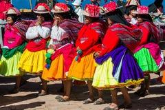 Músicos e dançarinos nos Andes peruanos no Peru de Puno Fotos de Stock Royalty Free