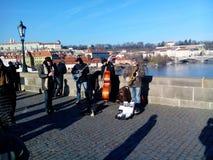Músicos en Charles Bridge, Praga, República Checa Imagen de archivo