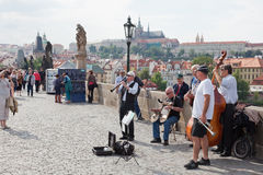 Músicos en el puente de Charles en Praga Fotos de archivo libres de regalías