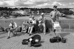 Músicos en el puente de Charles en Praga Imágenes de archivo libres de regalías