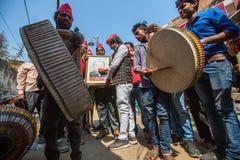 Músicos en una de las calles de la ciudad Varanasi es uno de los sitios más importantes del peregrinaje de la India Foto de archivo libre de regalías