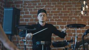 Músicos expresivos estupendos que practican la canción almacen de video