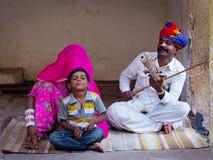 Músicos indianos que jogam instrumentos musicais Imagem de Stock Royalty Free