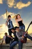Músicos jovenes frescos que presentan en la puesta del sol Foto de archivo libre de regalías