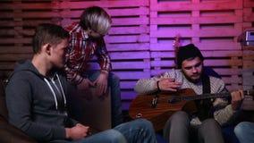 Músicos jovenes que crean un nuevo golpe junto almacen de metraje de vídeo