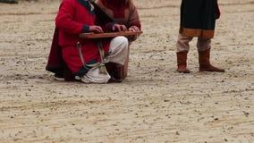 Músicos medievais da rua que jogam o instrumento musical antigo no quadrado de cidade video estoque