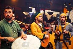 Músicos medievales que juegan en el mercado del EL Álamo Imagen de archivo