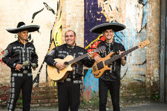 Músicos mexicanos no mariachi tradicional dos trajes imagens de stock