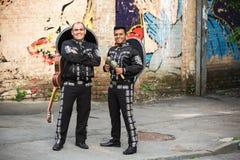 Músicos mexicanos no mariachi tradicional dos trajes fotografia de stock