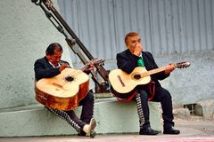Músicos mexicanos que esperam para executar fotos de stock