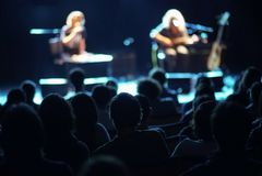Músicos na fase e lote do público imagens de stock royalty free