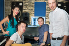 Músicos no estúdio de gravação com equipamento Fotos de Stock Royalty Free