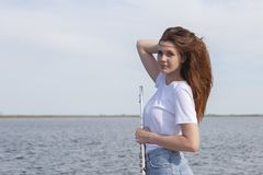 Músicos o mujeres hermosas al aire libre Naturaleza, meditación Escuche su coraz?n Una flauta, unidad con la naturaleza imagen de archivo