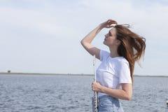 Músicos o mujeres hermosas al aire libre Naturaleza, meditación Escuche su coraz?n Una flauta, unidad con la naturaleza imágenes de archivo libres de regalías