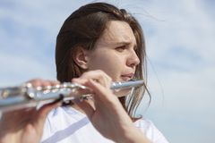 Músicos o mujeres hermosas al aire libre Naturaleza, meditación Escuche su coraz?n Una flauta, unidad con la naturaleza foto de archivo