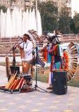 Músicos peruanos dos indianos que jogam flautas no parque Fotos de Stock