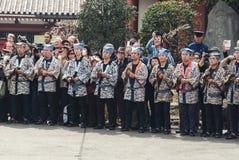 Músicos que acompanham o ` dourado Kinryu de Dragon Dance nenhum ` do MAI foto de stock