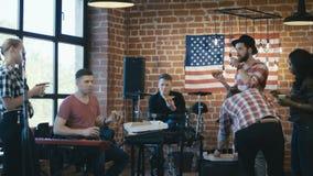 Músicos que comem a pizza durante o ensaio vídeos de arquivo