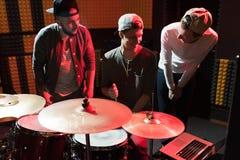 Músicos que escriben canciones en el estudio de grabación imagen de archivo