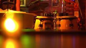 Músicos que jogam azuis em um clube pequeno da música A vela no primeiro plano cilindros Guitarrista da guitarra acústica que jog filme