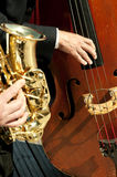 Músicos que jogam instrumentos no sol fotografia de stock