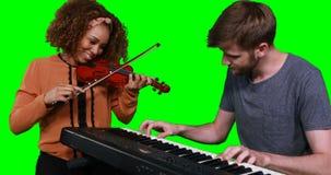 Músicos que jogam o piano e o violino filme