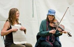 Músicos que juegan en el festival del canal Imagen de archivo libre de regalías