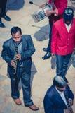 Músicos que juegan en las calles de Bhaktapur Imagen de archivo libre de regalías