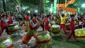 Músicos que juegan en sus tambores durante las celebraciones lunares del Año Nuevo de Tet en Vietnam almacen de video