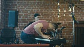Músicos que praticam a música com emoções video estoque
