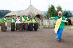 Músicos ruandeses e dançarino do batwa na vila Fotos de Stock