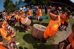 """Músicos tailandeses tradicionais no festival """"Boon Bang Fai"""" de Rocket Fotos de Stock Royalty Free"""